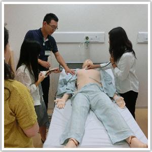 兵庫県 姫路獨協大学 看護学部 シミュレーション人形(シムマン3G)を用いた体験の様子