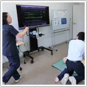 兵庫県 姫路獨協大学 看護学部 CPR(心肺蘇生法)の体験の様子