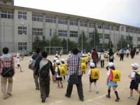 下校する児童に付き添う参加学生