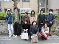 神戸地裁姫路支部の前で