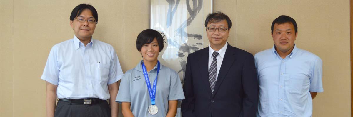 ユニバーシアード女子サッカー代表の原さんと藤谷監督が栁澤学長に結果報告